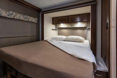 Bett im Motorhome Pioneer mit Alkoven von Apollo USA