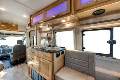 Blick in die Fahrerkabine des Kompaktcampers US Tourer von Apollo USA