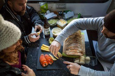 Snack im Camper Euro Star von Apollo Neuseeland