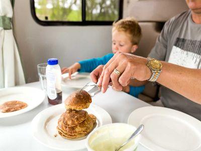 Camper Double Up von Mighty Neuseeland Frühstück  Pancakes