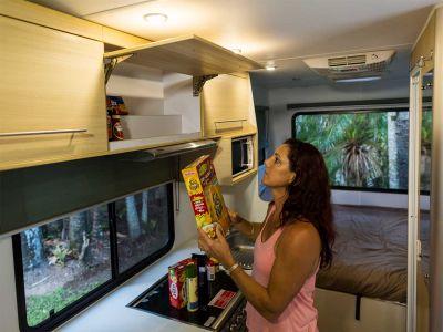Camper Double Up von Mighty Neuseeland Stauraum Lebensmittel