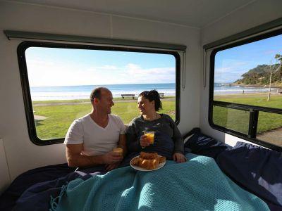 Camper Big Six von Mighty Australien Frühstück im Bett
