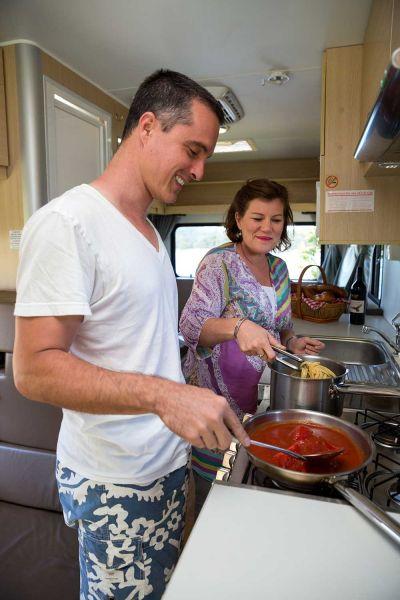 Camper Big Six von Mighty Australien kochen