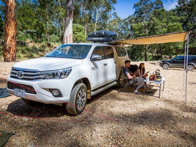 Britz Allrad/4WD Camper Outback in Australien, Essen im Schatten unter der Markise