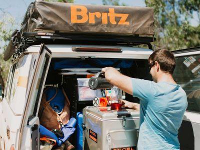Kaffeekochen im Britz Safari 4WD Rooftop Camper Australien