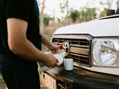Kaffeepause am Britz Safari 4WD Rooftop Camper Australien