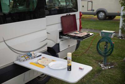 BBQ vor dem Campervan Venturer Plus von Britz Neuseeland