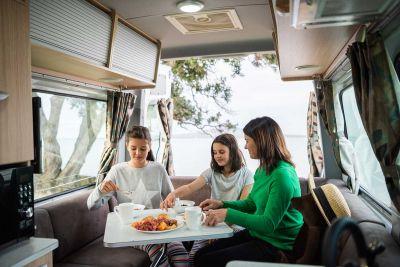 Sitzecke im Campervan Venturer Plus von Britz Neuseeland