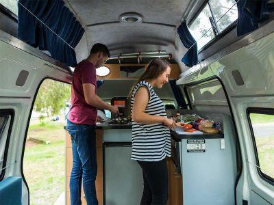 Camper Double Down Mighty Australien Aussicht Küche