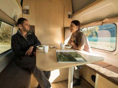 Camper Double Down Mighty Australien Interior Sitzplatz mit 2 Personen