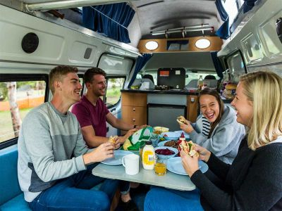 Camper Double Down Mighty Australien Interior Sitzplatz mit 4 Personen