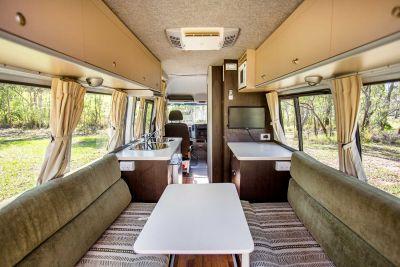 Innenraum des 2 Bett Campers ST von Cheapa Campa Australien