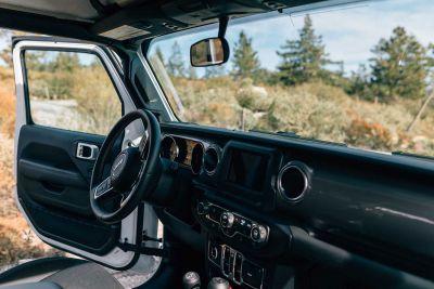 Fahrerkabine des bestCAMPER Jeep Campers 4x4 von Escape USA