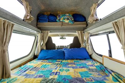 Bett und Stauraum im Camper Endeavour von Hippie Neuseeland