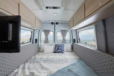 Bett im 2+1 Bett Camper Escape von Let's Go Motorhomes Australien