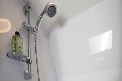 Dusche im 2+1 Bett Camper Escape von Let's Go Motorhomes Australien