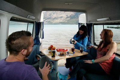 Mighty Highball Camper Neuseeland Interior Tisch