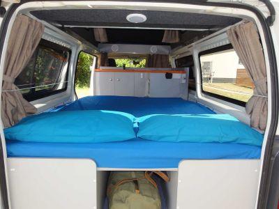 Camper Kuga von Travellers Autobarn Australien Bett mit Stauraum