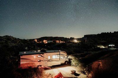 Sternenhimmel über dem Motorhome Eclipse mit Alkoven von Apollo USA