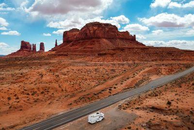 Durch eine atemberaubende Landschaft mit dem Motorhome Pioneer mit Alkoven von Apollo USA