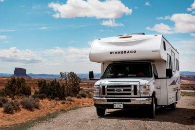 Durch das Monument Valley mit dem Motorhome Pioneer mit Alkoven von Apollo USA