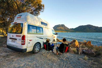 Rast am See mit dem Camper Hitop von Apollo Australien