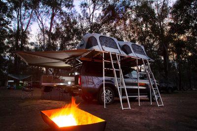 Lagerfeuer vor dem 4WD-Camper X-Terrain von Apollo Australien