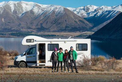 Familie vor dem Euro Camper von Apollo Neuseeland