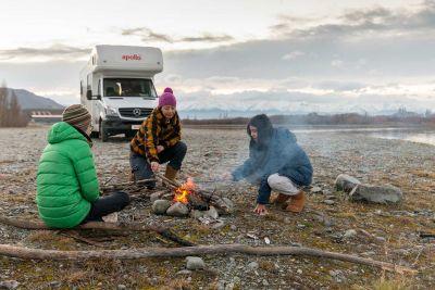 Lagerfeuer vor dem Euro Camper von Apollo Neuseeland