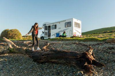 Spaß vor dem Camper Euro Star von Apollo Neuseeland