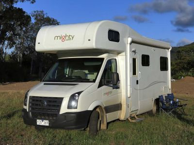Camper Double Up Mighty Australien Schrägansicht