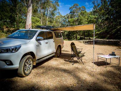 Pause im Schatten unter der Markise, Britz Allrad/4WD Camper Outback in Australien