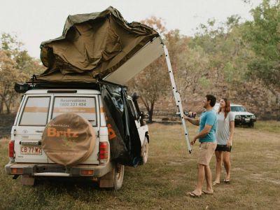 Aufbau des Dachzelts Britz Safari 4WD Rooftop Camper Australien