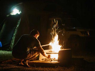 Lagerfeuer vor dem Britz Safari 4WD Rooftop Camper