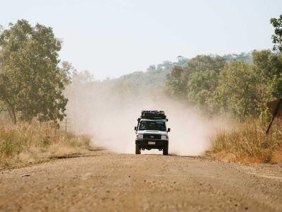 Fahrt im Britz Safari 4WD Rooftop Camper Australien