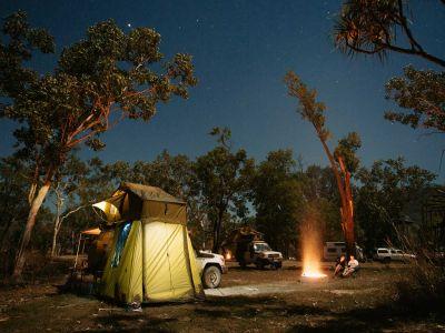 Sternenhimmel über dem Zelt des Britz Safari 4WD Rooftop Campers