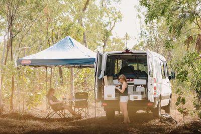 Schattige Rast im Allrad Camper Scout von Britz Australien