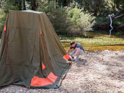 Zeltaufbau am Wasser vor dem Britz Allrad/4WD Camper Outback in Australien
