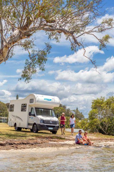 Rast am Fluss mit dem 6 Bett Motorhome von Cheapa Campa Australien