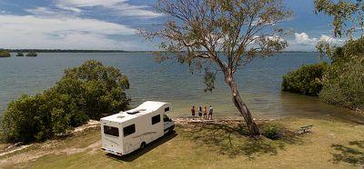 Am See mit dem 6 Bett Motorhome von Cheapa Campa Australien