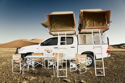 Britz 4 WD DCE Afrika Seitenansicht mit beiden Dachzelten aufgebaut