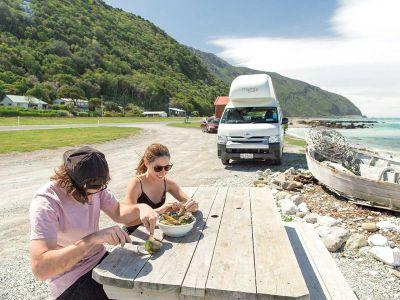 Essen vor Camper Double Down Mighty Australien Modell ab 01.04.2020