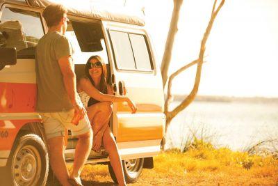 Gemeinsames Genießen vor dem Camper Drift von Hippie Camper Australien