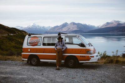 Camper Drift von Hippie Neuseeland am See-Ufer
