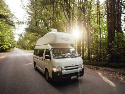 Mighty Camper Double Down Neuseeland Fahrt durch Wald